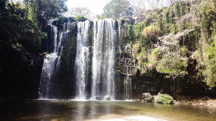 Alleen backpacken Costa Rica waterval Liberia - Llanos de Cortes