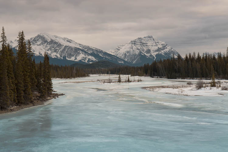 Athabasca-River-in-canada-in-de-winter