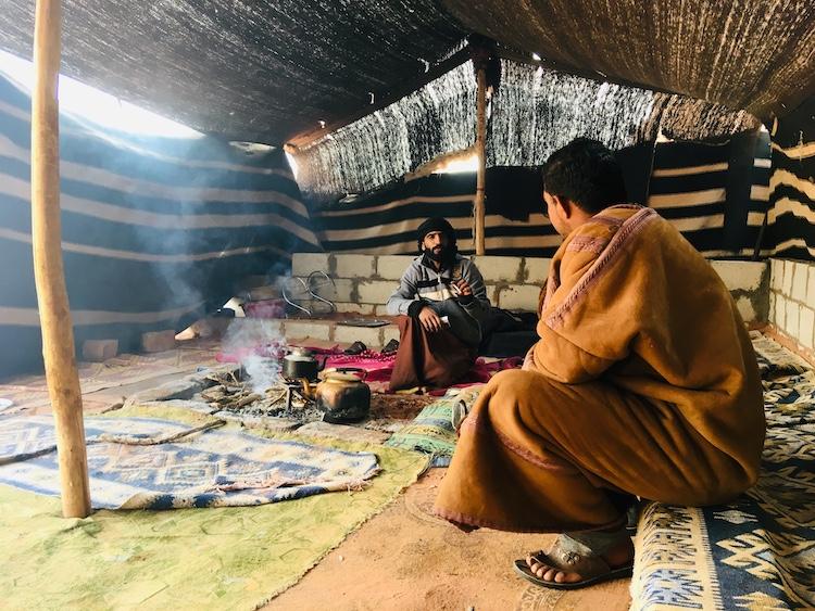 Bedoeienen in tent wadi rum woestijn