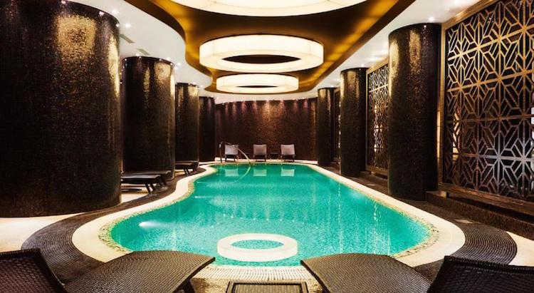 Binnen zwembad vijf sterren hotel tallinn