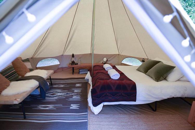 Binnenkant glamping tent in Golden Canada