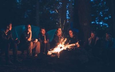 camping-kamperen-bos-kampvuur