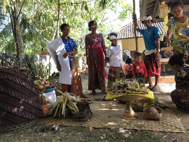 Ceremonie bij Putu huis Nusa Penida Homestay