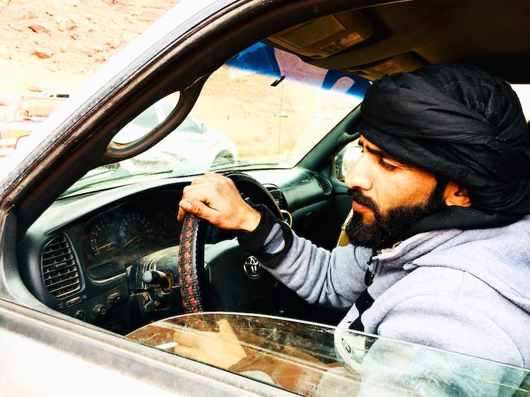 Chauffeur in wadi rum woestijn