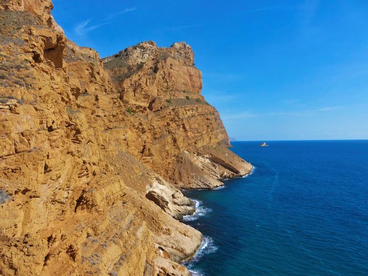 cliff-benidorm-uitzicht-oceaan