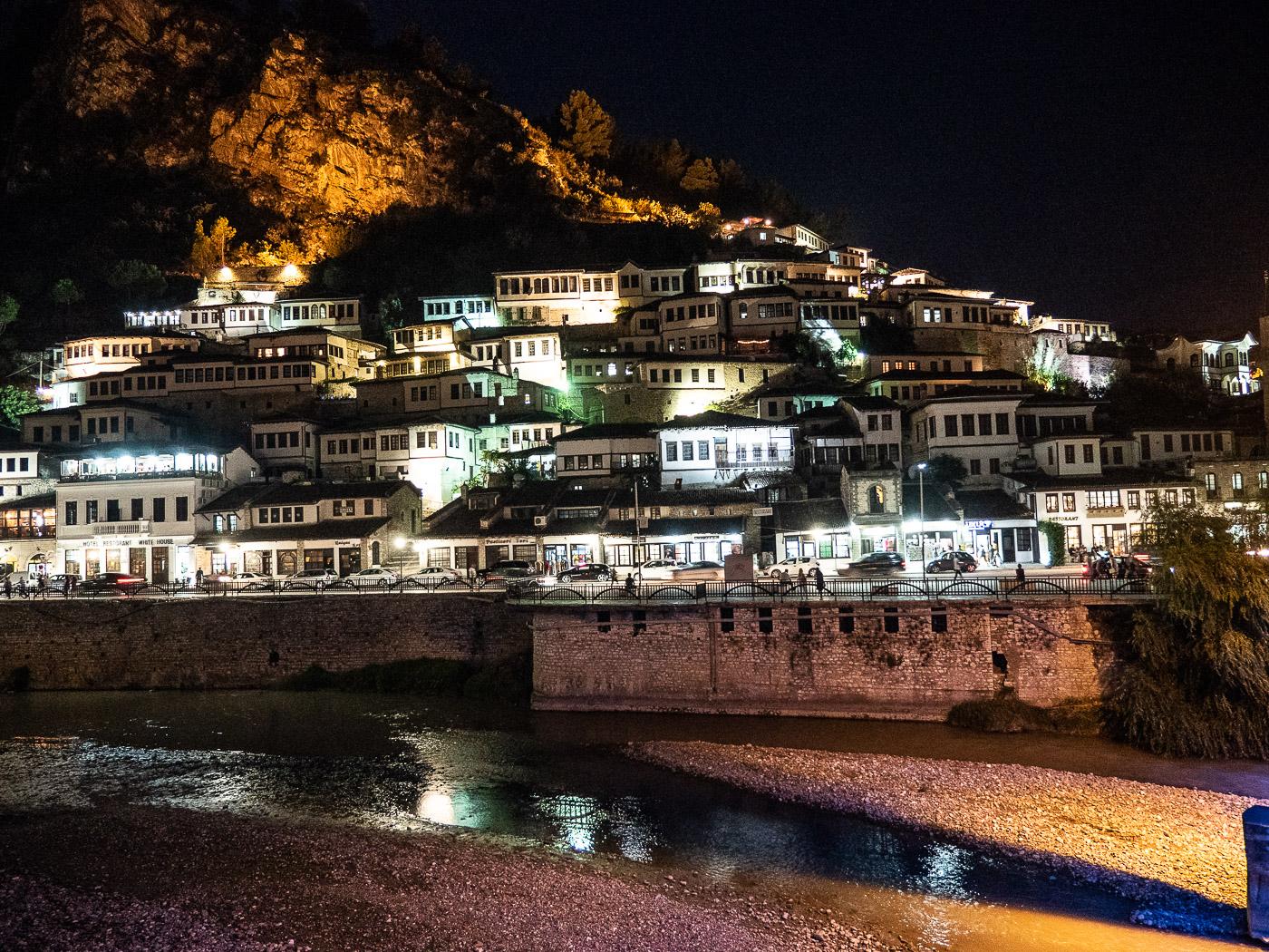 Doen in Berat bij nacht