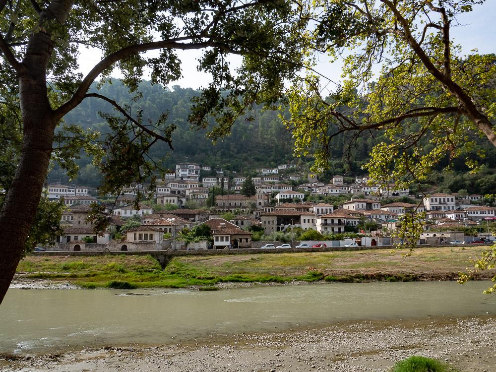 Doen in Berat langs de rivier