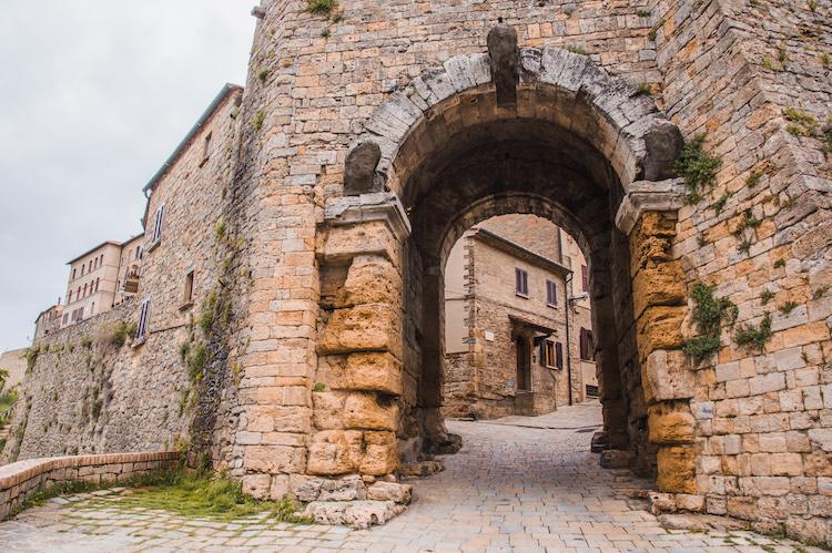 Etruskische Poort bezienswaardigheden volterra