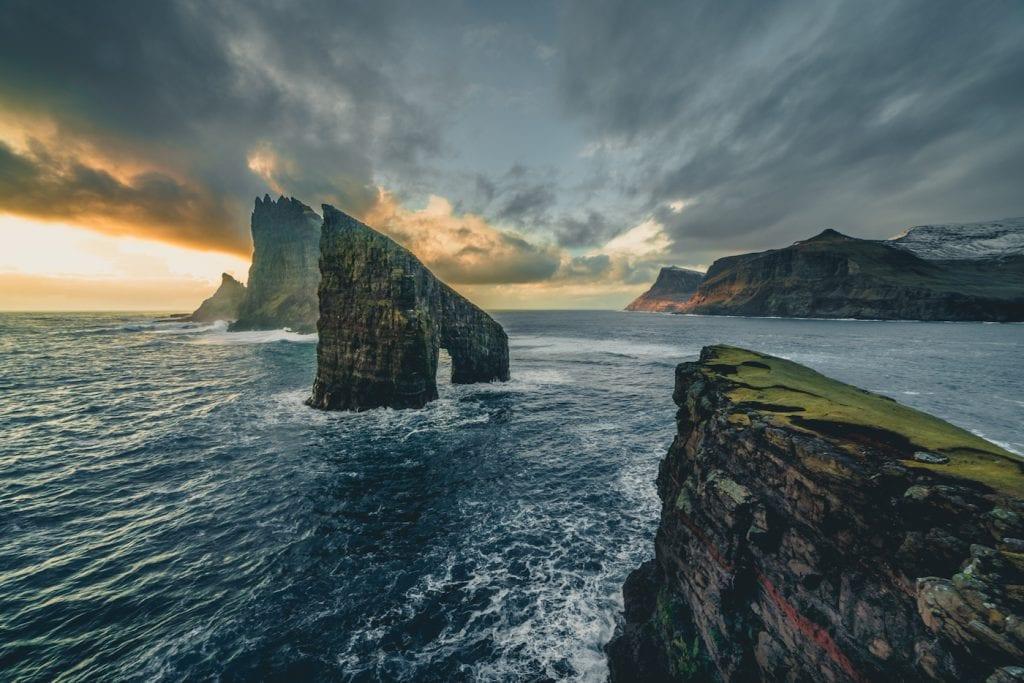 Faeroer Eilanden reizen kliffen zee