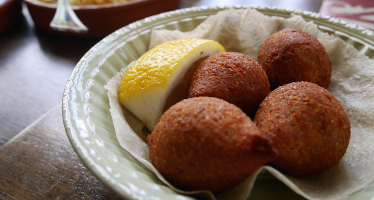 Falafel eten in jordanie