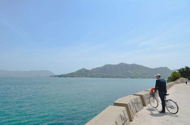 Fietsen op Konijneneiland Okunoshima in Japan