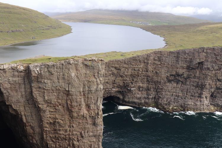 Floating lake op Faeröer Eilanden