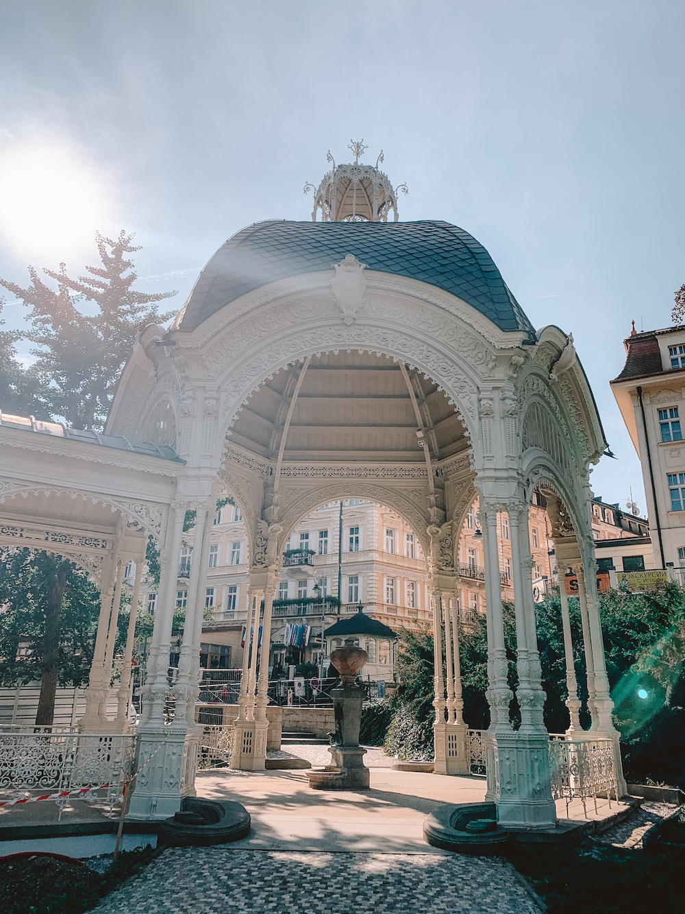 Karlovy Vary, collonade in het Dvorak park