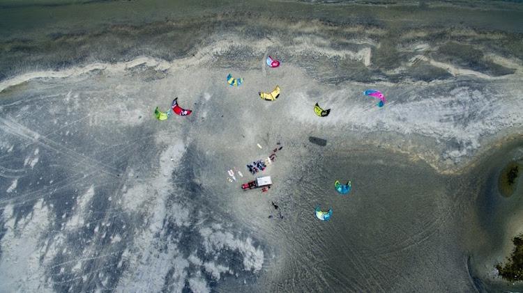 Kitesurfen in sri lanka op het strand mannar