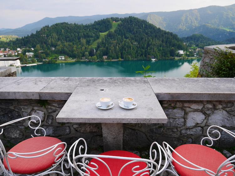 koffie-met-uitzicht-kasteel-bled-slovenie