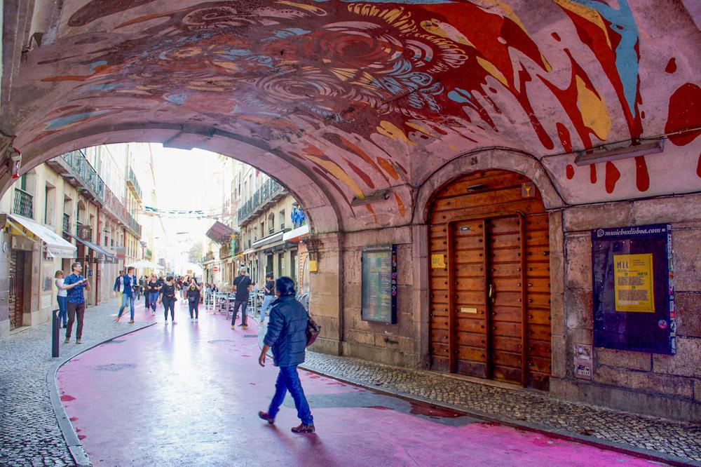 Lissabon bezienswaardigheden roze straat