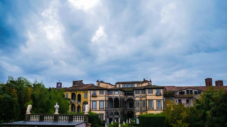 Lucca gebouwen tijdens cruise wandeling