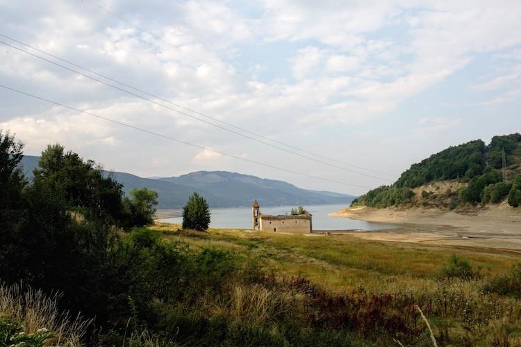 Macedonie Mavrovo - Meer met half verzonken kerkje