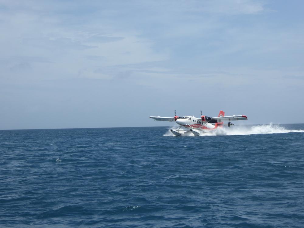 Malediven Landing watervliegtuig bij rashdoo