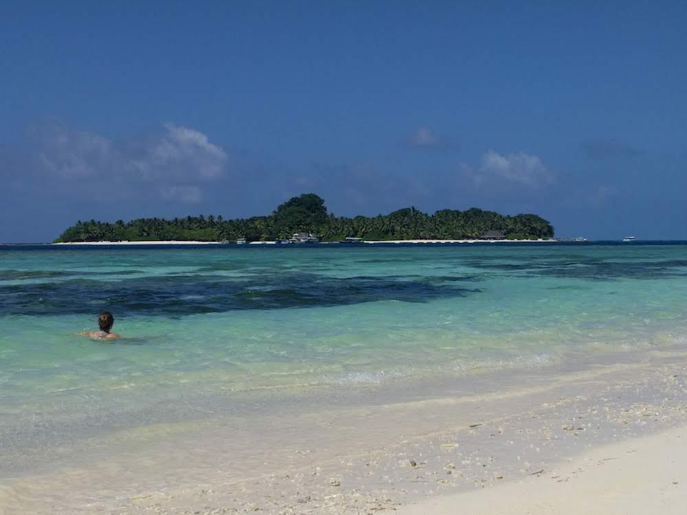 Malediven Rashdoo Bikini beach uitzicht op Kuramathi