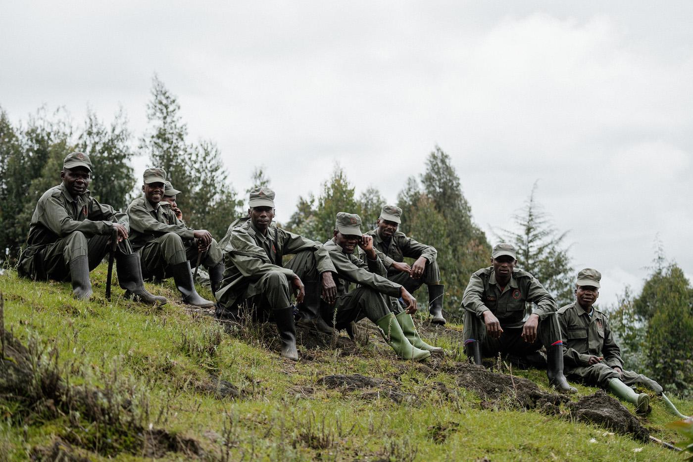 Met gidsen rwanda in op zoek naar gorilla