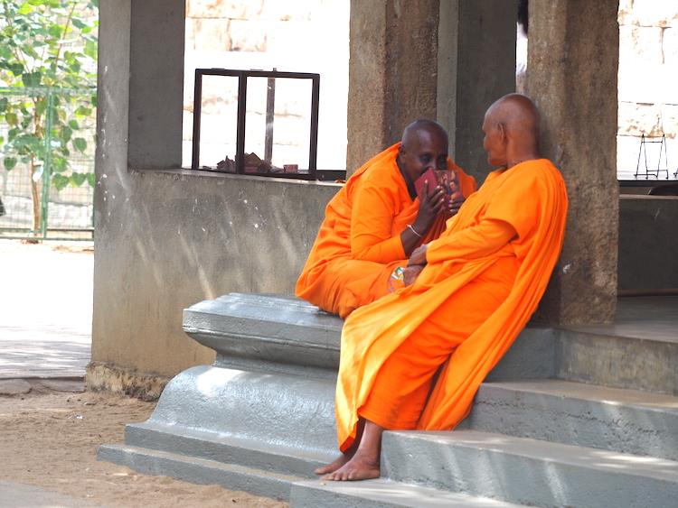 Monikken-bij-jaya-Sri-Maha-Bodhi-anuradhapura