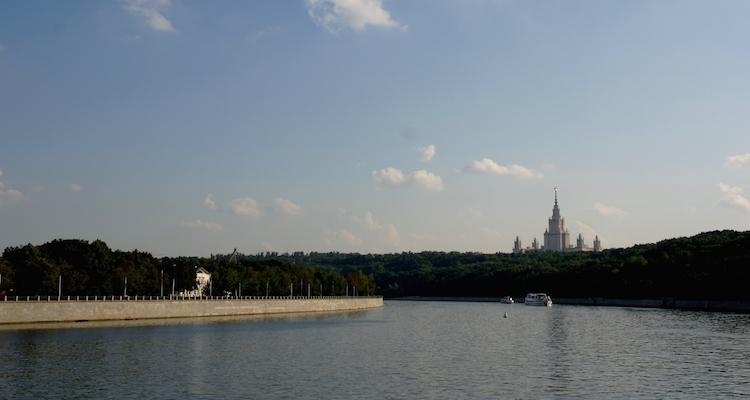 moskva-rivier-met-universiteit-moskou-tussenstop