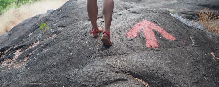 Pidurangala beklimmen rode pijlen