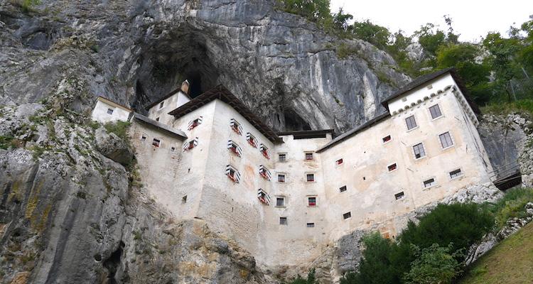 Predjama Castle onderaf slovenie postojna