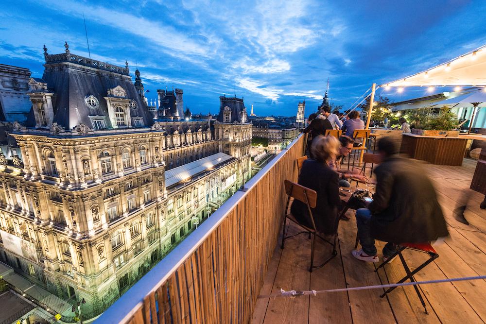 Rooftop bar parijs avond