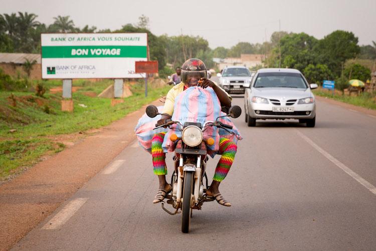 Reizen afrika benin onderweg op de weg (Riske)