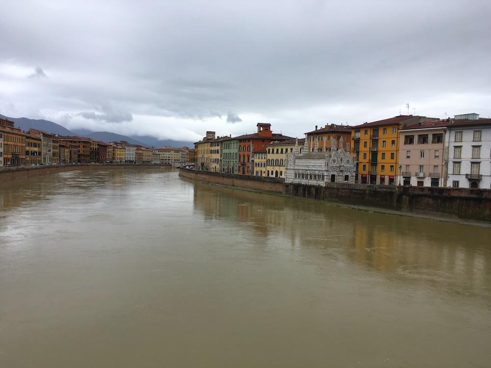 Rivier de Arno in Pisa dichtbij toren van pisa