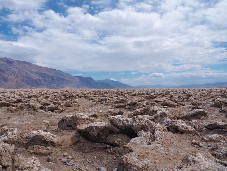 Route door Death Valley devil's golf course