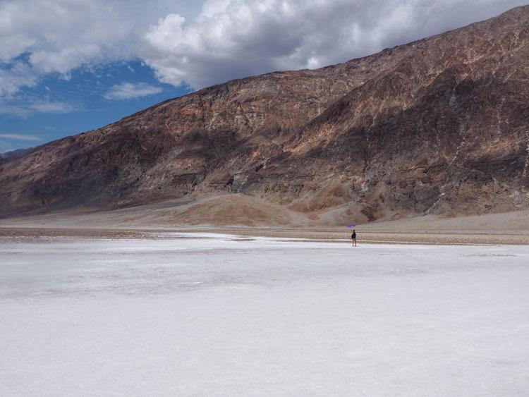 Route door Death Valley zoutvlakte