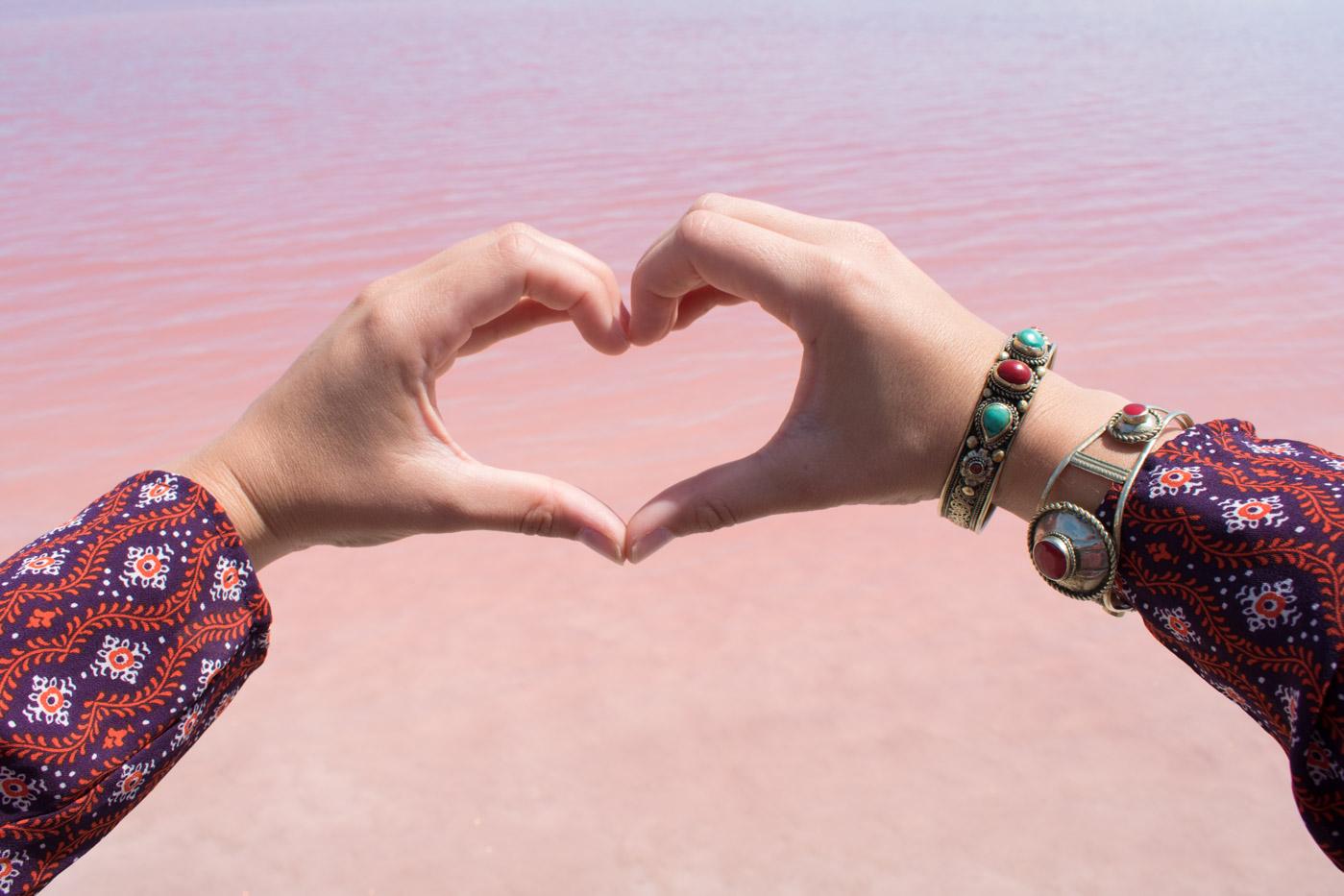 Roze zoutmeer water in aigues mortes frankrijk
