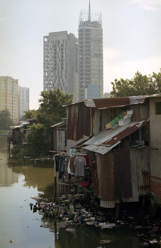 Saigon vietnam Slums achter het kanaal