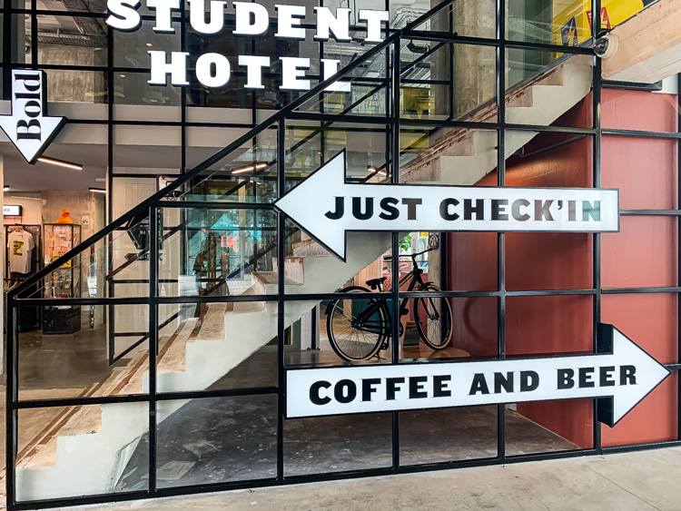 Slapen in Maastricht the student hotel lobby