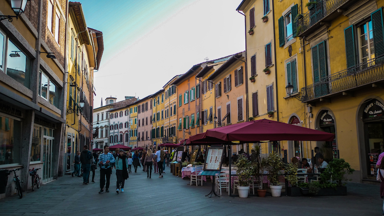 Straatjes in Pisa met restaurants cruise