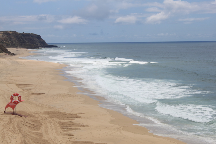 Strand ericeira in portugal surf golven