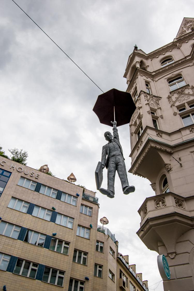Streetart Praag Umbrella man