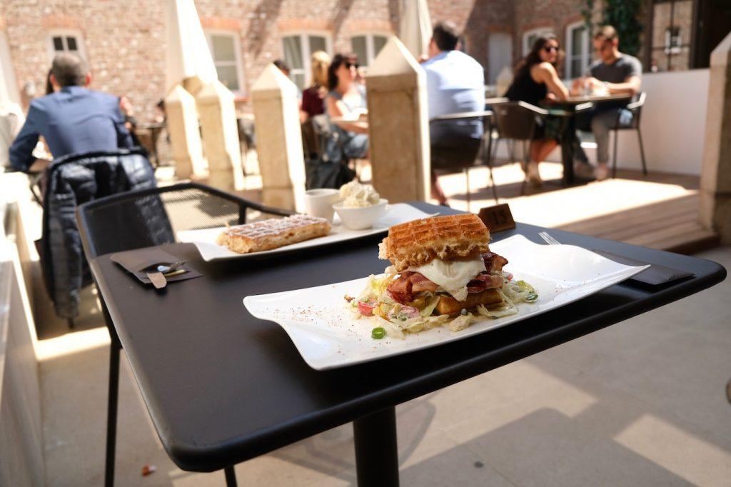Terras Wafels eten Brugge