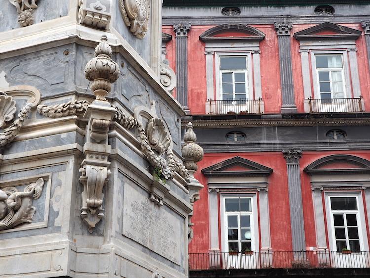 wat te doen in napels kleurrijke gebouwen