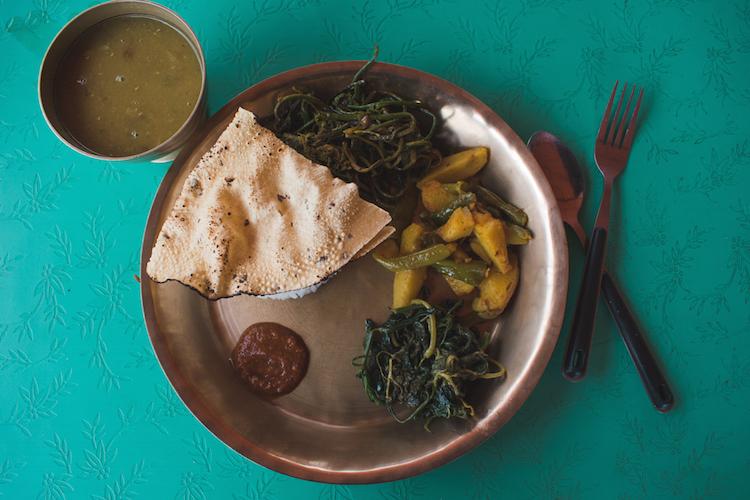 Wat te doen in Pokhara eten nepal dalh bhat