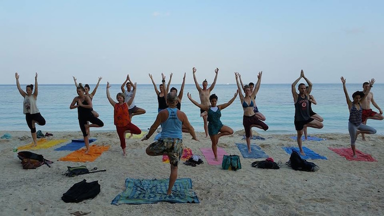 Yoga Teacher Training Thailand aan zee yogaopleiding