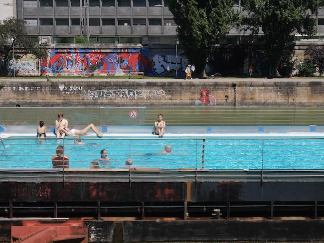 Wat te doen in wenen Zwembad Badeschiff wenen