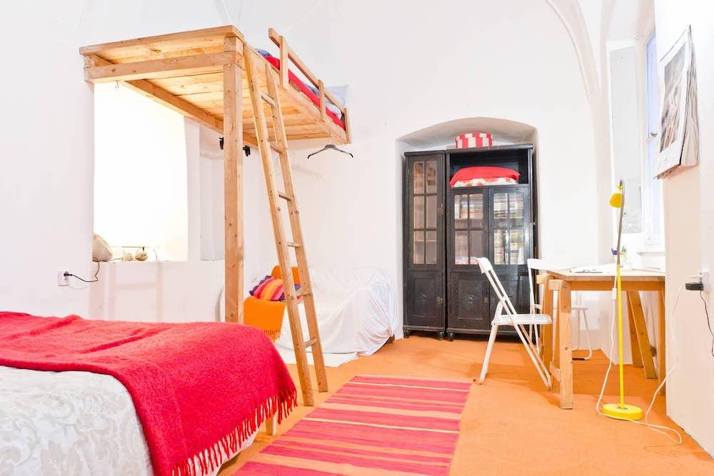 airbnb praag oranje