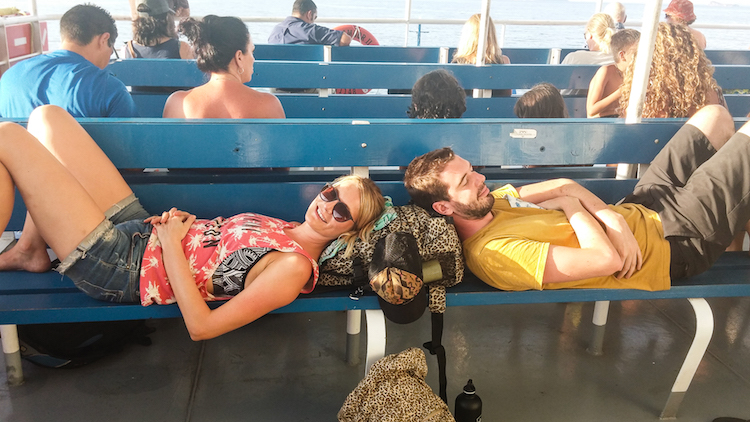 backpacken costa rica ferry Santa Teresa - making friends on the ferry