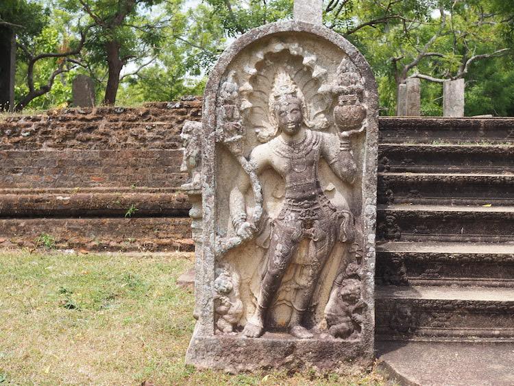 beelden anuradhapura naast trappen