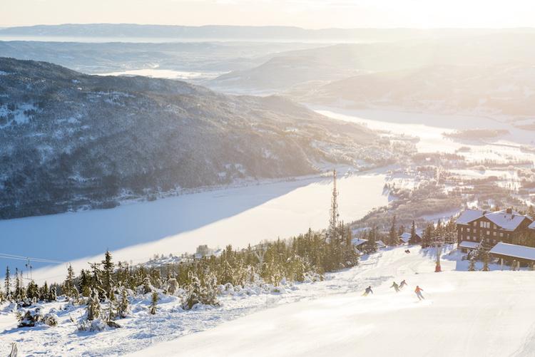 bevroren meer Norefjell noorwegen wintersport