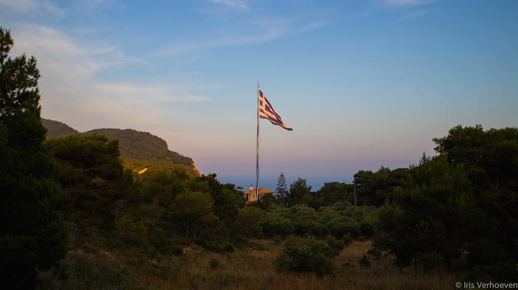 bezienswaardigheden op zakynthos Griekse vlag bij zonsondergang